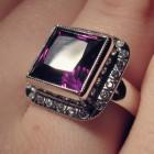 Dámský prsten s fialovým kamenem