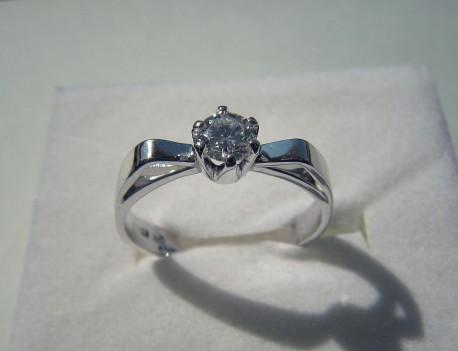 Zásnubní prsten v bílém zlatě