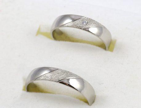 Snubní prsteny v bílém zlatě s diamantem